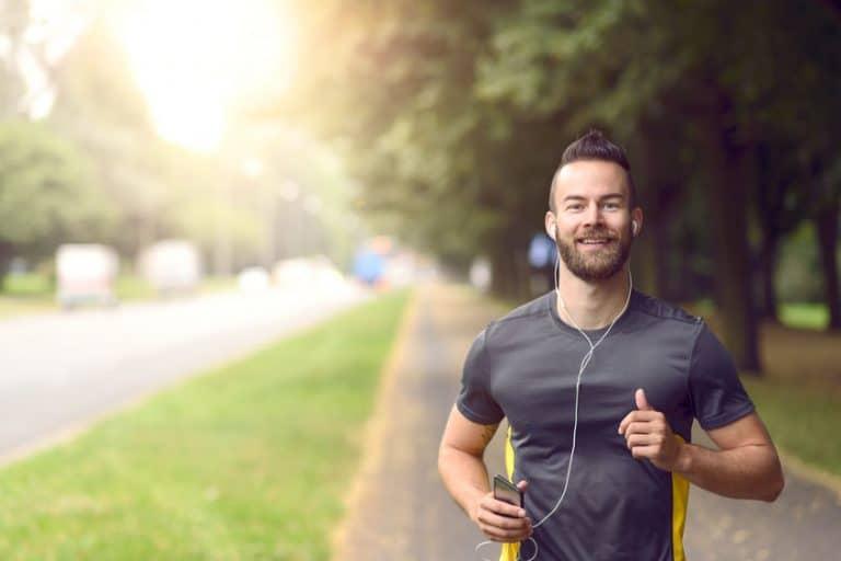 Hombre corriendo con música