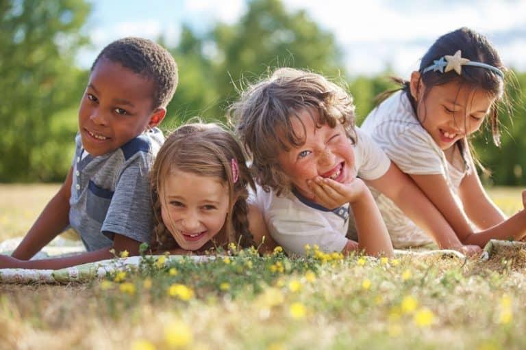 Niños disfrutando en exteriores