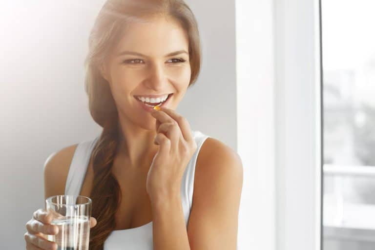 Mujer tomando zinc