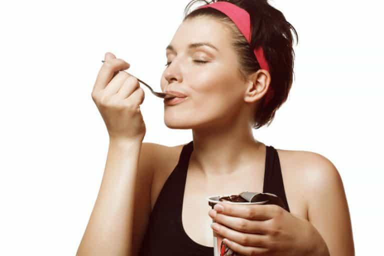 Mujer comiendo yogurt
