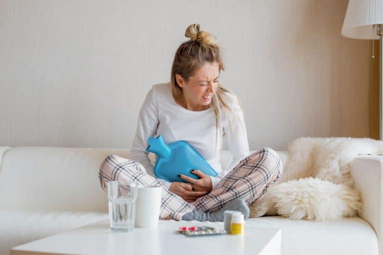 Mujer con dolor de vientre