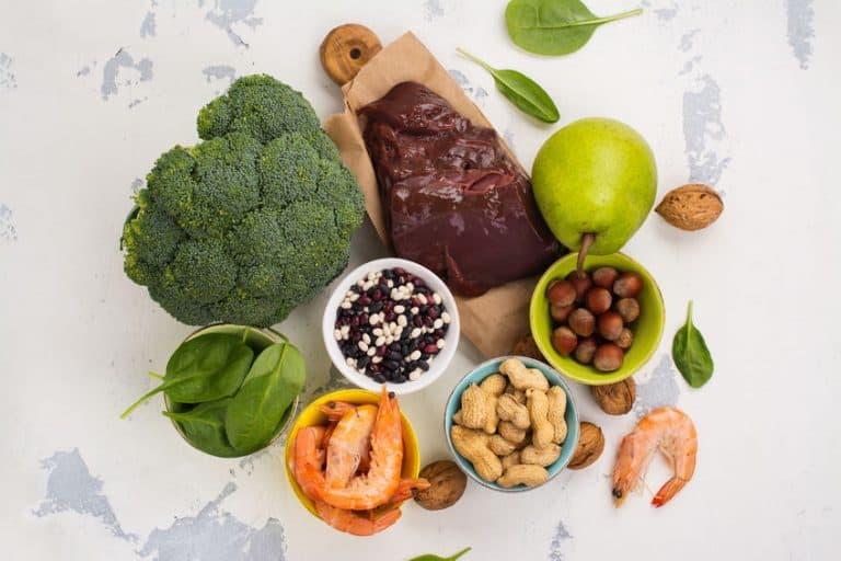 Ilustración con alimentos que tienen ácido fólico