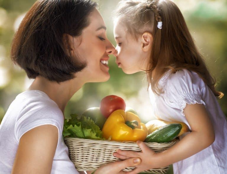 Mujer e hija con verduras