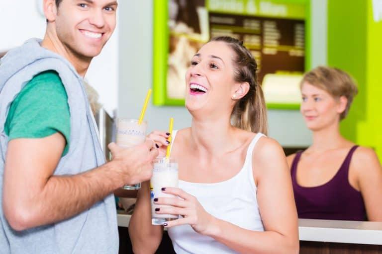 Personas tomando batidos de proteína