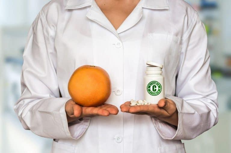 Doctor-con-ejemplos-de-vitamina-C