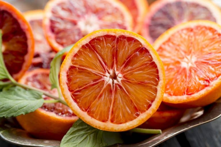 Naranjas-servidas-en-mesa