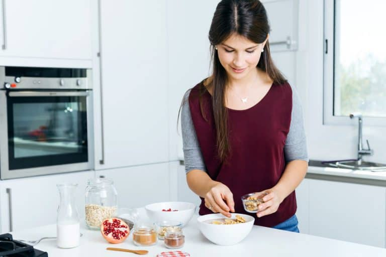 Chica preparando cereales con leche de almendra