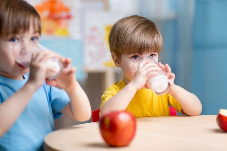 Dos infantes tomando leche