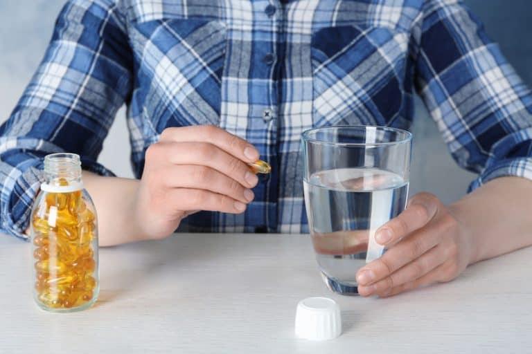 Una persona tomando vitaminas