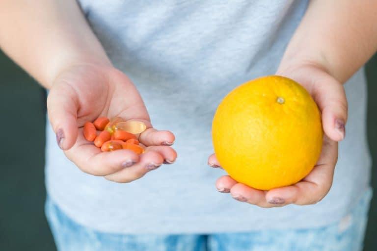 Una persona con suplementos de vitamina C