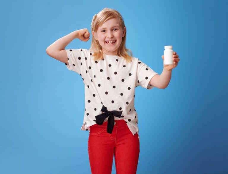 Una niña con suplementos multivitamínicos