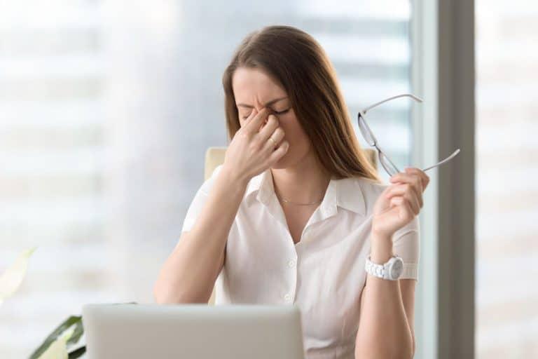 Una mujer padeciendo estrés