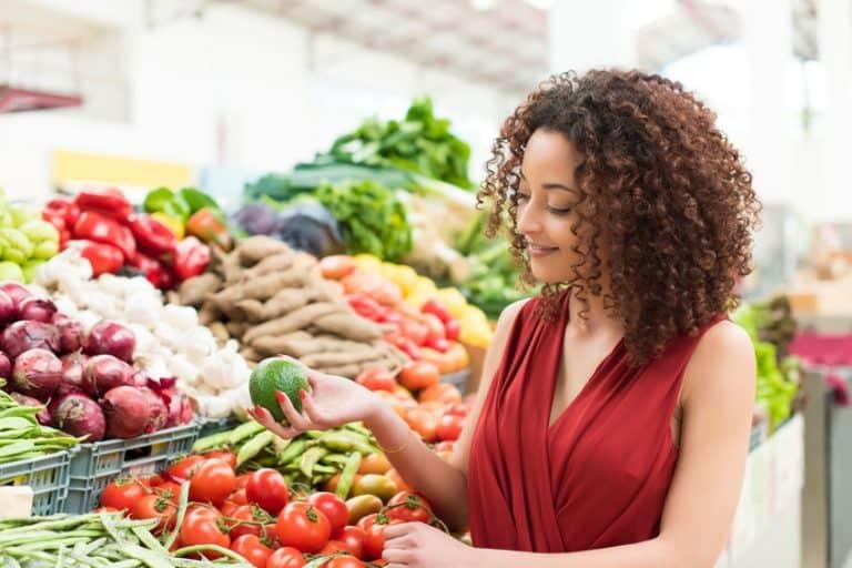Mujer comprando verduras en supermercado