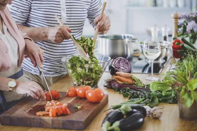 Personas preparando ensalada saludable
