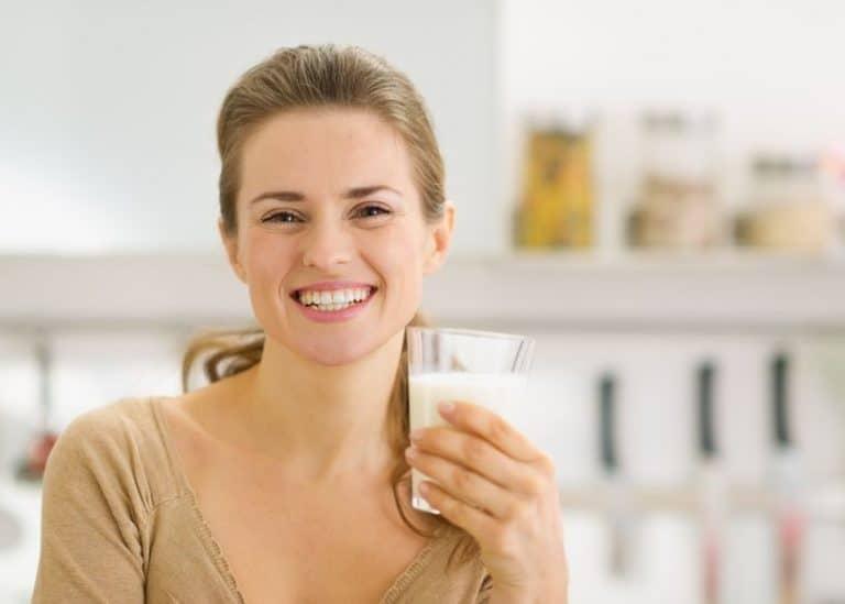 Mujer tomando leche de soya