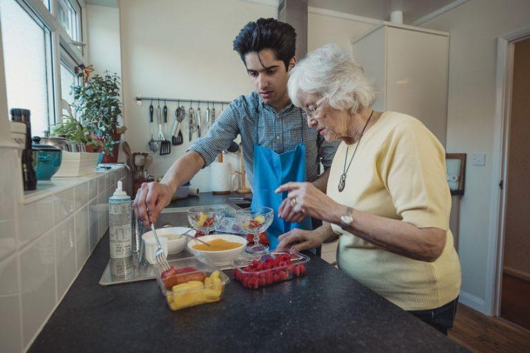 Mujer mayor cortando sandía