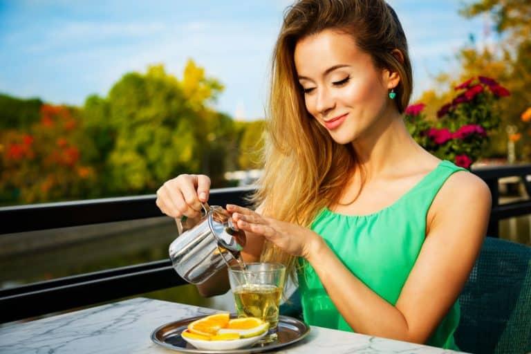 Mujer tomando té verde