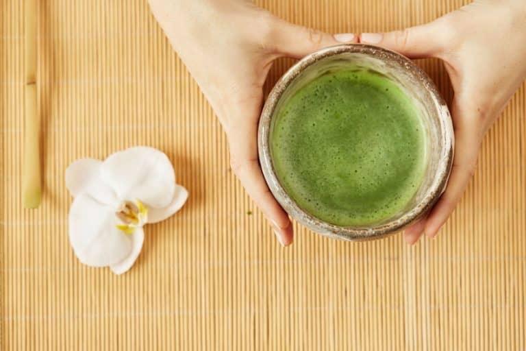 Té verde e mesa de madera