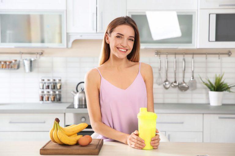 Mujer con batido de banana