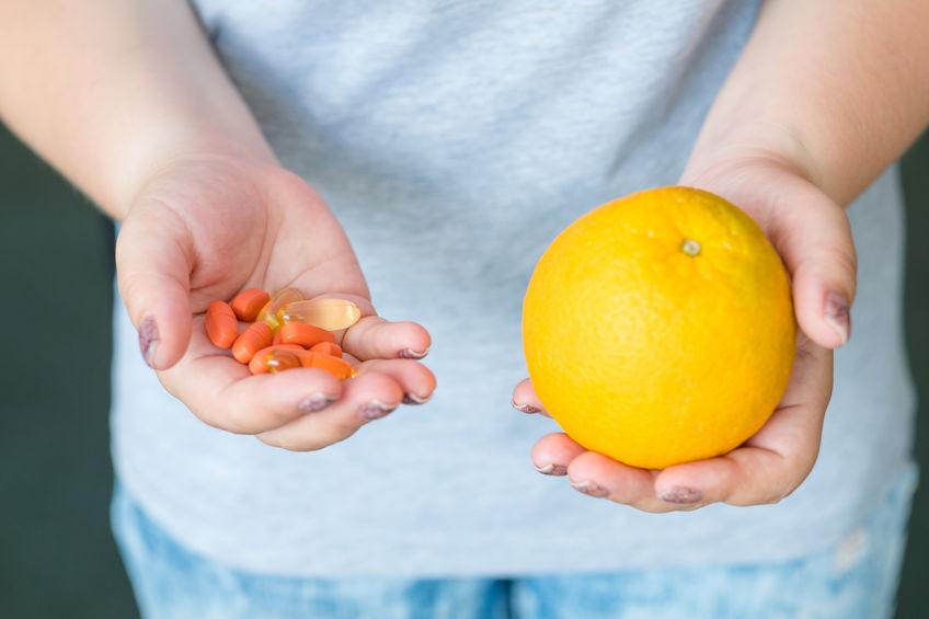 chico con fruta y vitaminas