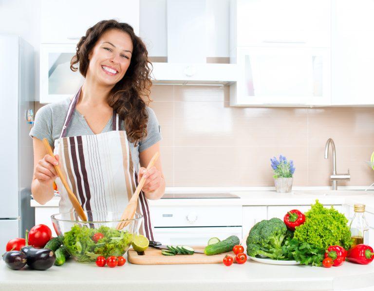 Mujer preparando deliciosa ensalada