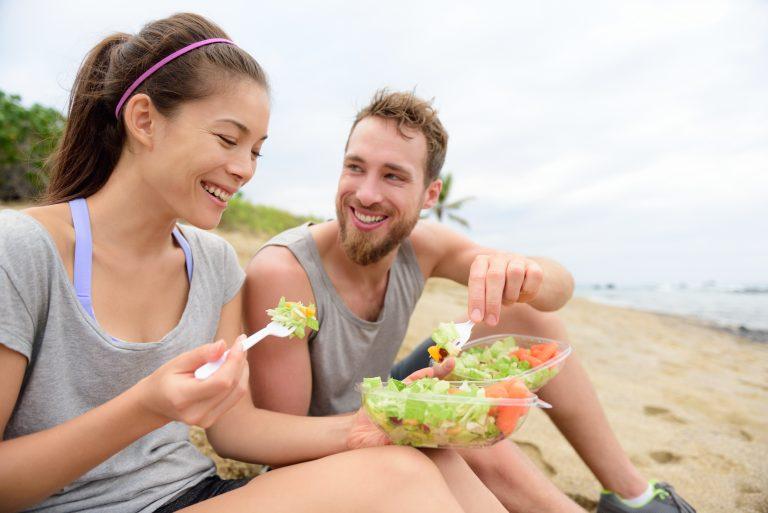 Pareja comiendo después de realizar ejercicio