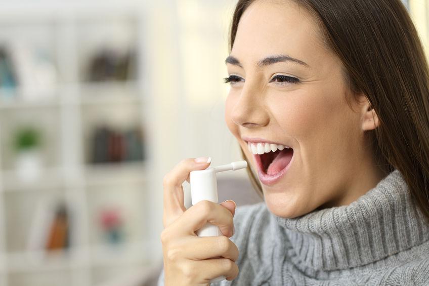 Mujer utilizando inhalador