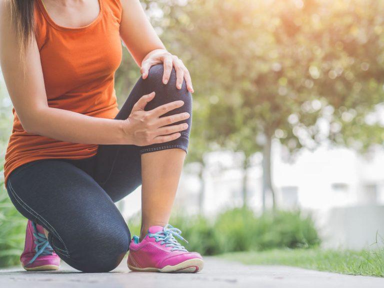 Mujer con dolor de rodilla