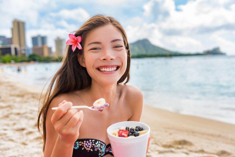 Chica sonriente en la playa