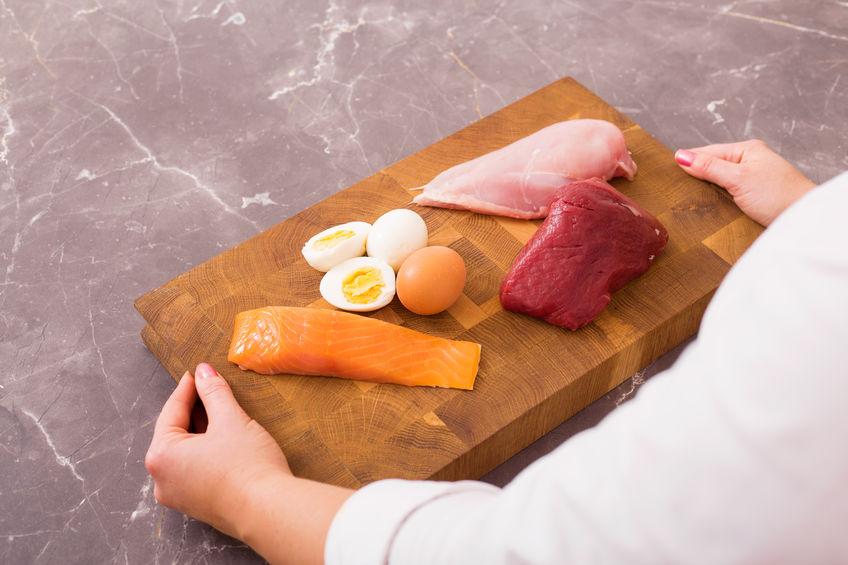 Persona con alimentos proteicos