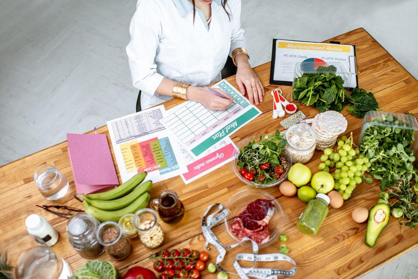 Mujer organizando sus comidas