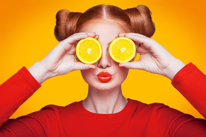 Chica con naranjas