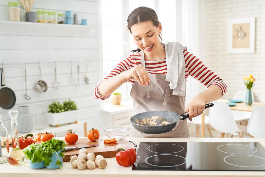 mujer cocinando zetas