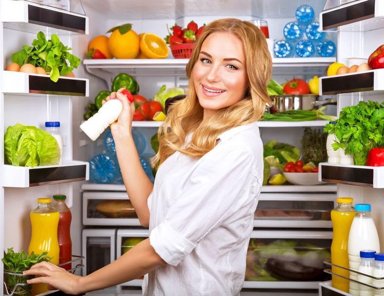 chica en el refrigerador