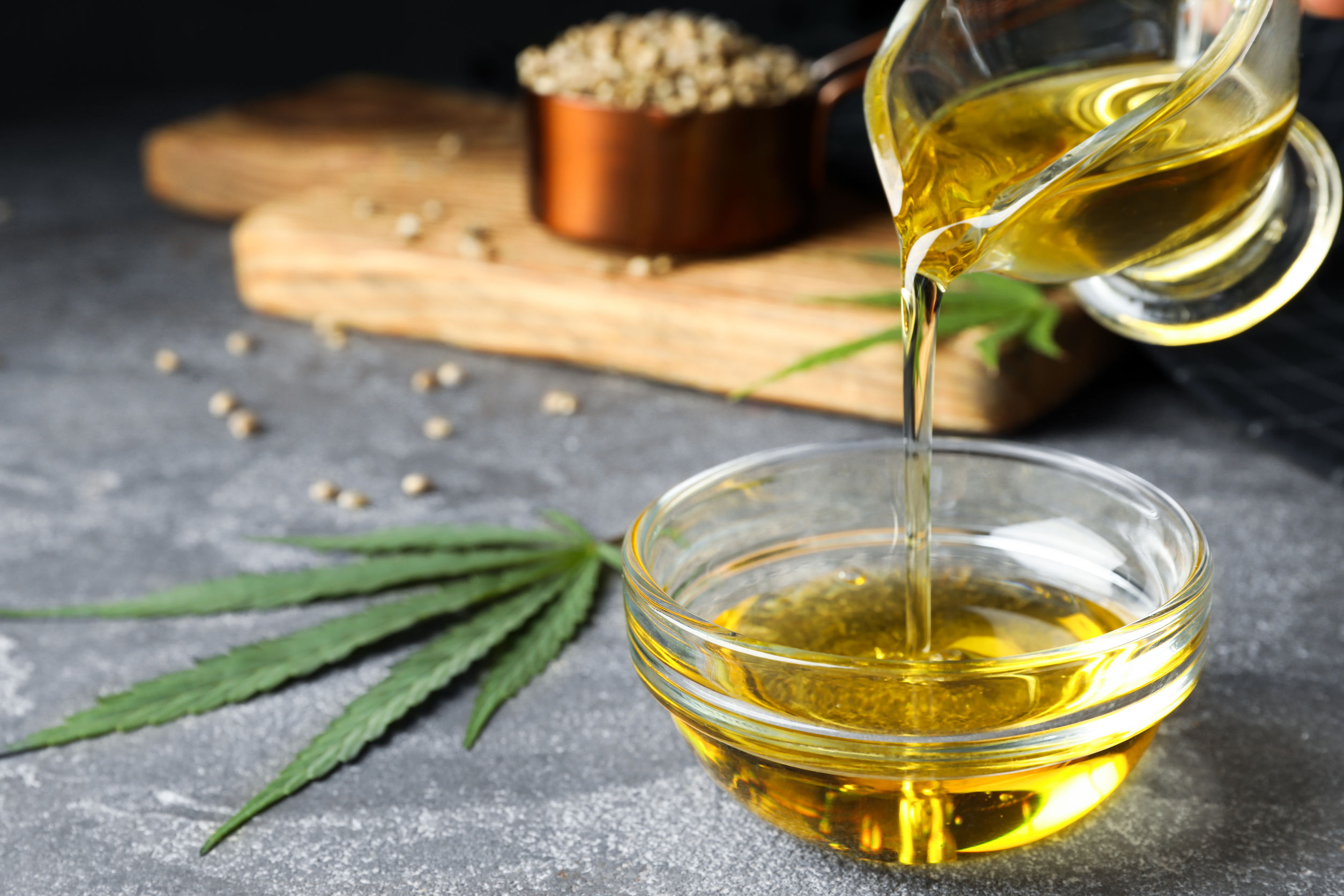 hoja de marihuana con semillas